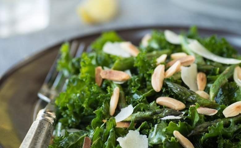 Salade met pijnboompitten, rucola en Parmezaanse kaas