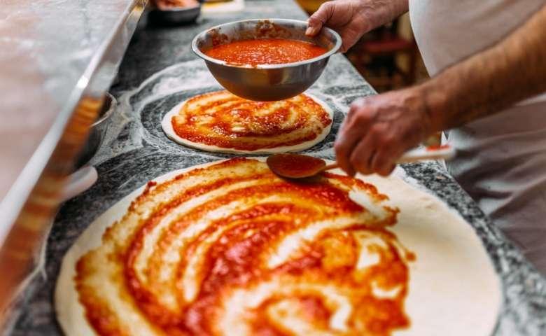 Hoe maak je zelf makkelijke pizza?